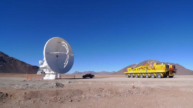 アルマ・プロジェクト 最初のアンテナが山頂施設へ移動