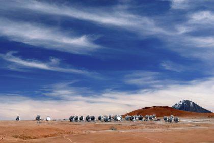 澄んだ青空とアルマ望遠鏡