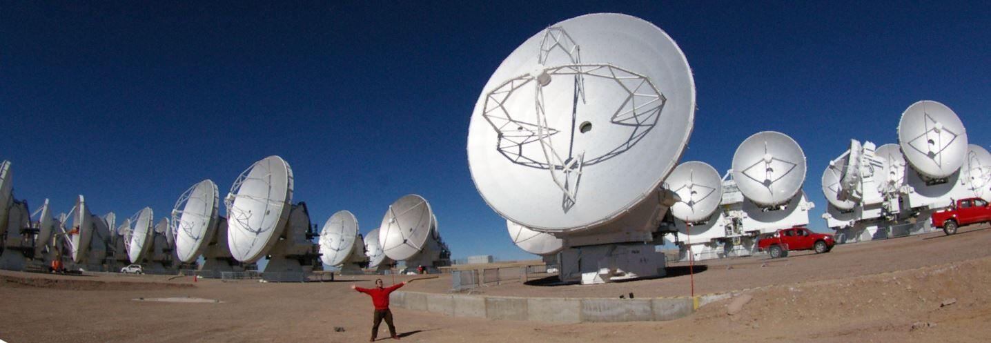 アルマ望遠鏡山頂施設で、アンテナ群とともに。 Credit: 国立天文台