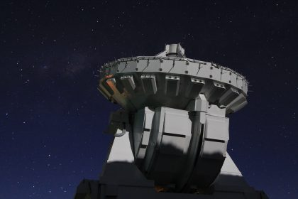 月明かりに照らされるアルマ望遠鏡7mアンテナ