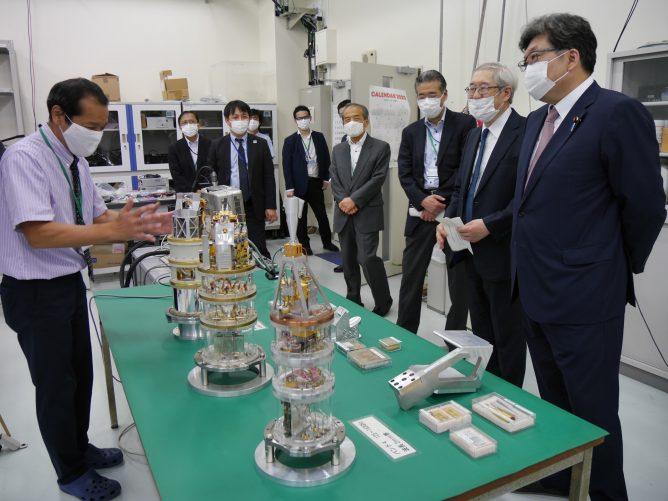 萩生田光一文部科学大臣、国立天文台を視察