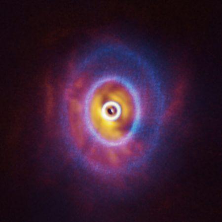 アルマ望遠鏡とVLTで観測したオリオン座GW星のまわりの原始惑星系円盤