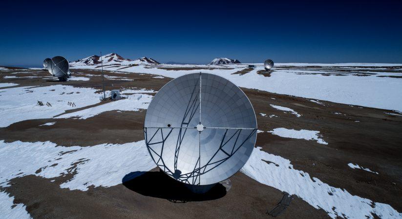 ドローンで撮影したアルマ望遠鏡山頂施設