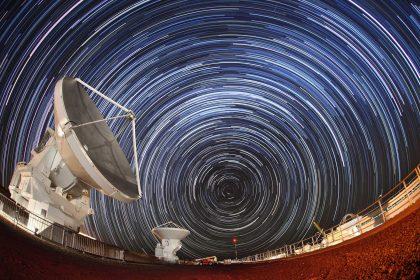 アルマ望遠鏡山麓施設のアンテナと南天の星の運行