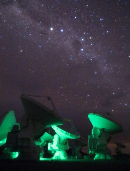 南十字星とアルマ望遠鏡のアンテナたち