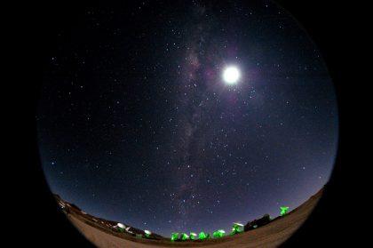 山頂施設から望む月と天の川