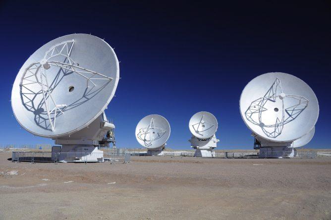 アルマ望遠鏡 日本製直径7mアンテナ1号機の山頂設置完了