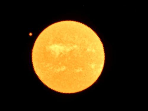 アルマ望遠鏡が見た、太陽面通過直前の金星